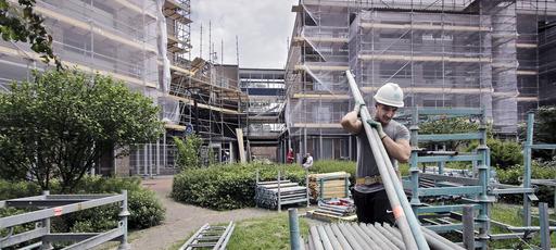 Brabant Wonen appartementen complex aan Heeschepad helemaal in de steigers foto: Peter van Huijkelom