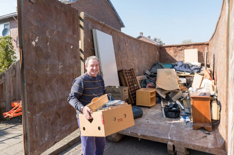 Containers vullen tijdens de opruimdag (fotografie: Thea van den Heuvel /DAPh)